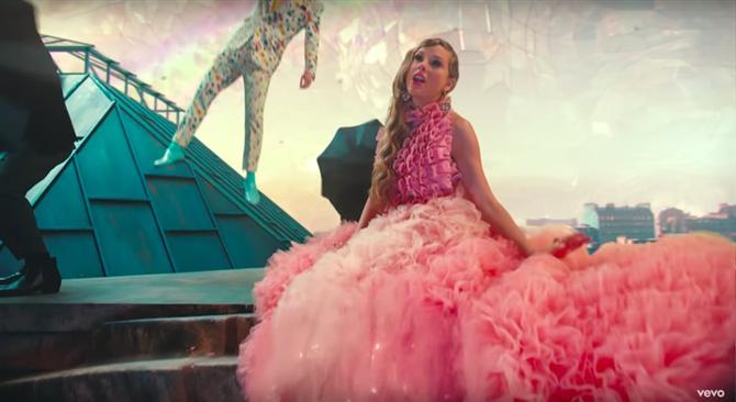 """Taylor Swift """"Me"""" Klibinde Pastel Tonlara Büründü!"""