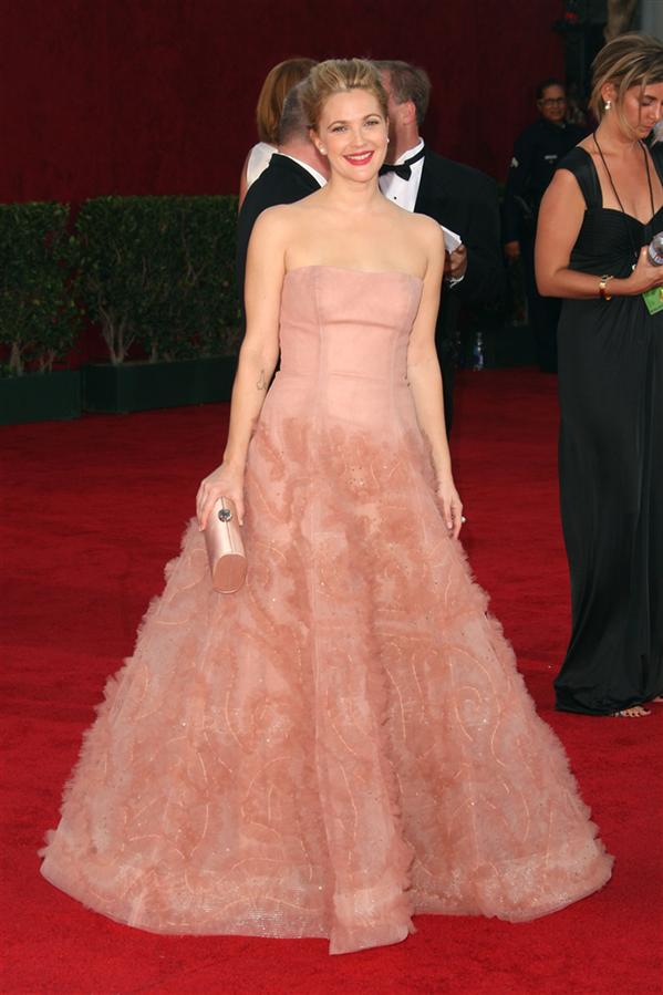 Drew Barrymore - Tüm Zamanların En Beğenilen Emmy Ödülleri Kırmızı Halı Elbiseleri