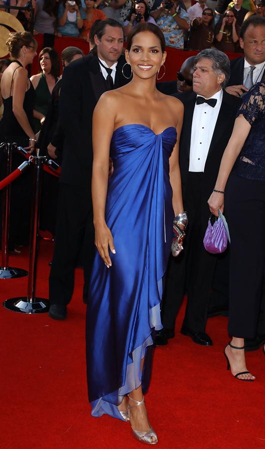Halle Berry - Tüm Zamanların En Beğenilen Emmy Ödülleri Kırmızı Halı Elbiseleri
