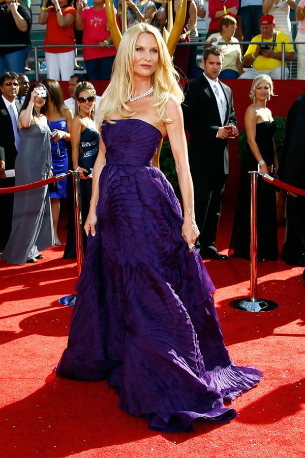 Nicolette Sheridan - Tüm Zamanların En Beğenilen Emmy Ödülleri Kırmızı Halı Elbiseleri