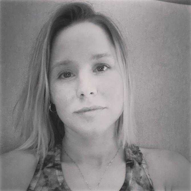 Kristen Bell - Ünlülerin Kadının Gücünü Vurgulayan Siyah-Beyaz Selfie Fotoğrafları