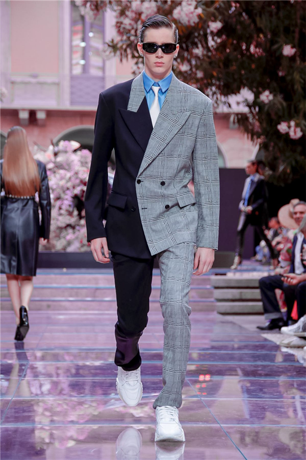 Versace Menswear İlkbahar/Yaz 2020 Defilesinden Çarpıcı Anlar - Versace Menswear İlkbahar/Yaz 2020 Defilesinden Çarpıcı Anlar