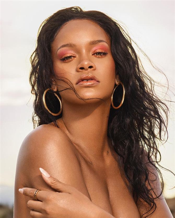 Rihanna - Yaz Trendi: Altın Halka Küpeler