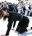 Bella Hadid Podyumda Düştü