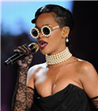 Rihanna incili Chanel gözlüğüyle
