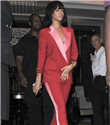 Takım elbiseli Rihanna
